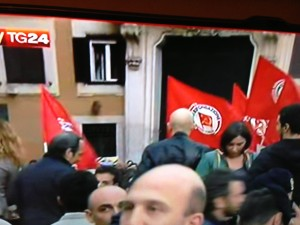 Manifestanti (non solo del M5S) in Piazza per dire ancora Rodotà