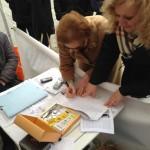 Alcuni cittadini firmano al banchetto per i Rifiuti Zero, il Piano che il Movimento 5 Stelle propone per uscire dall'emergenza rifiuti in Calabria