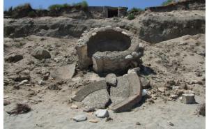 Erosione delle coste, crollano altari e muri antica Kaulon