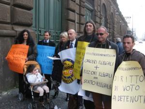 """Rita Bernardini e altri militanti dell'associazione radicale """"Per la Grande Napoli"""", davanti al carcere di Poggioreale durante una manifestazione"""